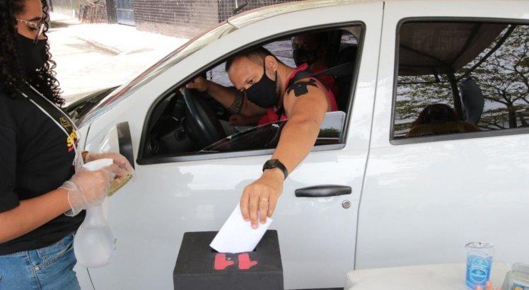 Torcedor rubro-negro optou por utilizar o sistema de drive thru para votar no próximo presidente do Sport