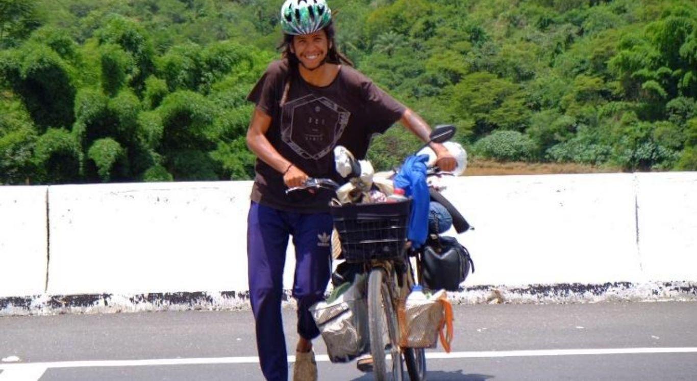 """A companheira do ciclista, """"Cajuína"""", como foi batizada, é uma bicicleta comum"""