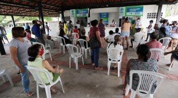 Grupos prioritários sendo vacinados contra a covid-19 no Recife