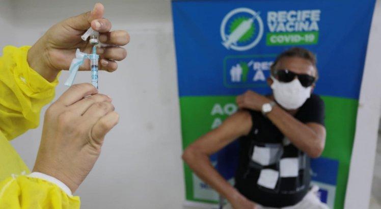 No Recife, Idosos com 60 anos ou mais podem ser vacinados contra a covid-19 a partir deste sábado (17)