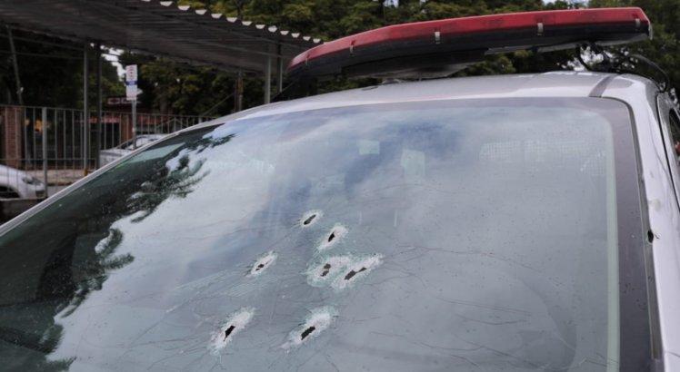 Viatura da Polícia Militar foi atingida durante a troca de tiros com os bandidos
