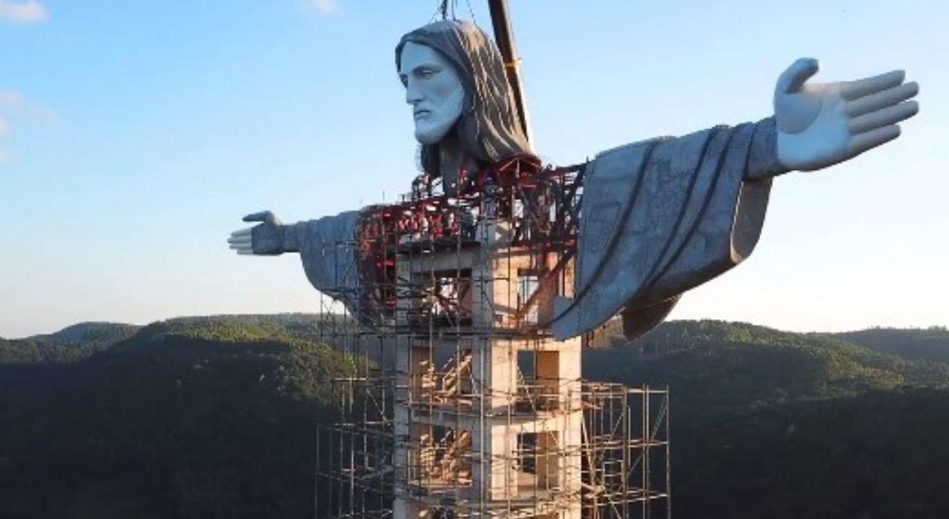 O Cristo terá 43 metros de altura.
