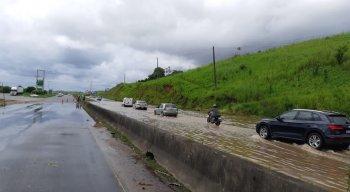 Chuva torrencial interdita trecho da BR-232 e deixa órgãos em alerta em Pernambuco