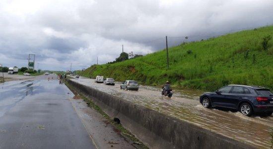 Chuva torrencial alaga trecho da BR-232 e deixa órgãos em alerta em Pernambuco