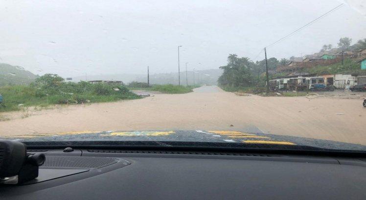 A população deve seguir as orientações das Defesas Civis dos seus municípios, deixando áreas de risco e evitando entrar em rios, córregos ou em locais alagados.