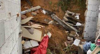 Barreira caiu e invadiu casa em Jardim Monte Verde