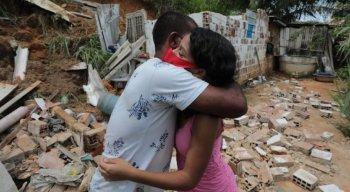 Vitória abraça pai em meio aos escombros da casa da família