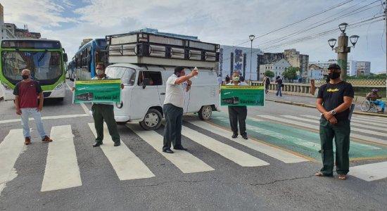 Rodoviários protestam por prioridade na vacinação contra a covid-19 na Avenida Conde da Boa Vista, no Recife