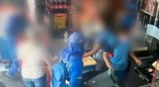 Video: Homens usam farda de gari para assaltar mercadinho no Recife