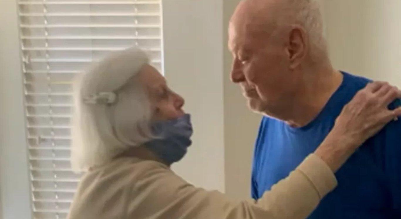 Casal de idosos se reencontra após 1 ano separado por causa da covid-19