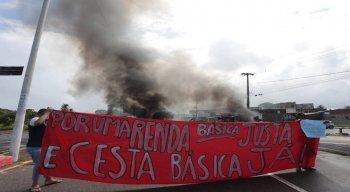 Os manifestantes fecharam a Avenida Pan Nordestina e a Avenida Olinda, pedindo para serem incluídos no auxilio emergencial da prefeitura.