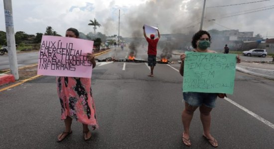 Trabalhadores informais bloqueiam avenidas Olinda e Pan Nordestina; protesto causa longo congestionamento em Olinda