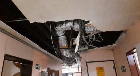Placas de gesso caem do teto do Hospital da Restauração
