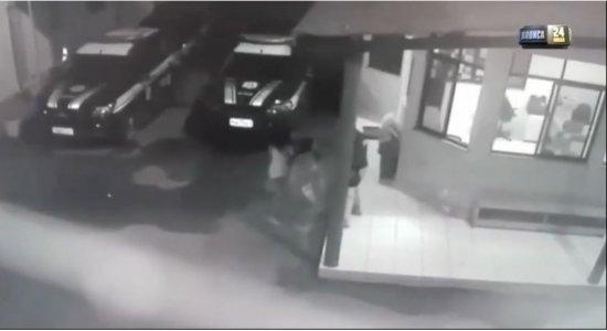 Bebê de 1 ano se afoga em piscina, fica inconsciente e é salva por policiais; veja vídeo