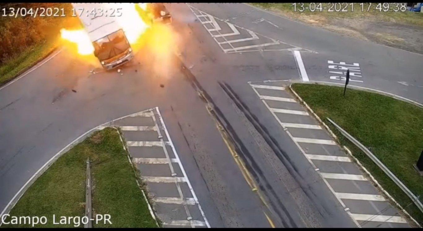 As imagens mostram o momento da colisão