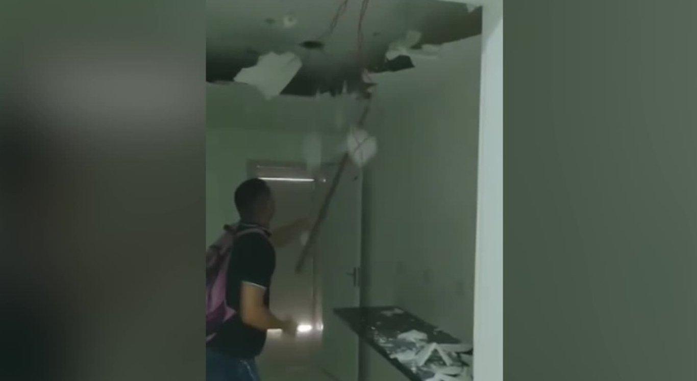 O homem aparece nas imagens quebrando o teto de gesso no hospital em Paudalho.