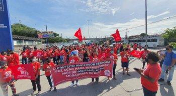 O protesto é contra a reintegração de posse das duas moradias.