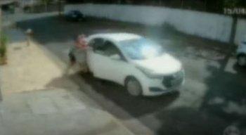Câmeras de segurança mostram o momento do assalto a carro e a queda da mulher com  o bebê