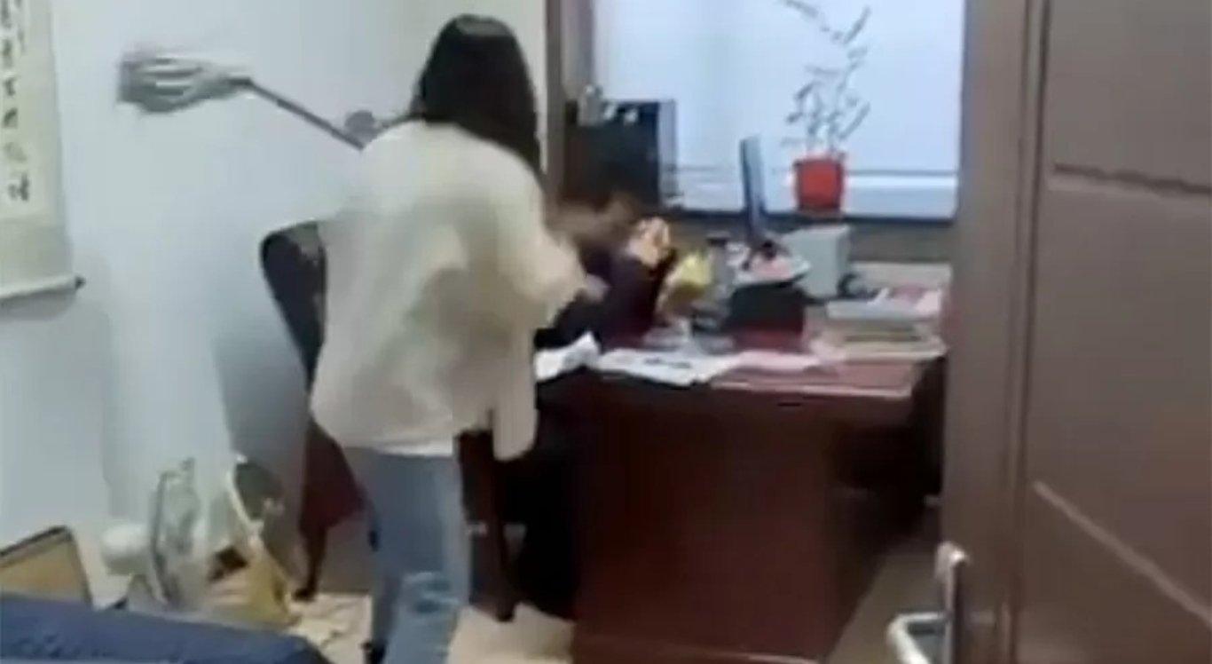 A mulher agride o chefe depois de sofrer assédio