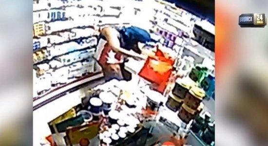 Vídeo: Farmácia é arrombada e dono oferece R$ 5 mil por informações