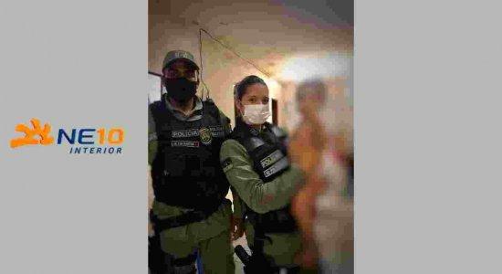 Criança que estava engasgada é salva por policiais militares em Caruaru