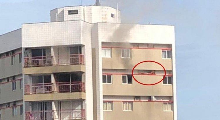 Vídeo: Estudante se abriga em fachada de prédio para fugir de incêndio no Recife