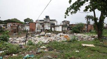 A sujeira que toma conta de parte do Rio Beberibe pode ser uma das causas do problema