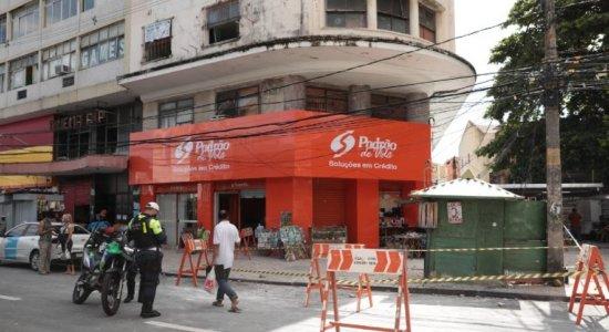 Parte da fachada de prédio cai e atinge duas pessoas no centro do Recife