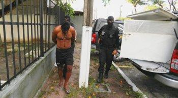 Um dos alvos tentou fugir da polícia se jogando em um canal, no bairro de Cajueiro Seco, em Jaboatão, mas foi capturado e chegou ao GOE mancando