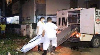 Peritos do Instituto de Criminalística realizaram uma perícia no corpo da vítima e no local.