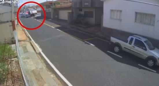 A viatura aparece nas imagens capotando na rua