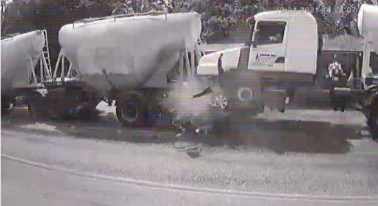 Cinco pessoas morrem após carro ser prensado entre caminhões; veja vídeo