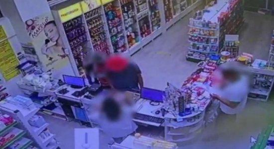 Jovens assaltam farmácia em Piedade, Jaboatão dos Guararapes; veja vídeo