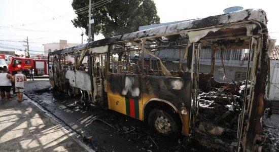Ônibus pega fogo na UR-6, no Ibura, e chamas atingem fiação elétrica
