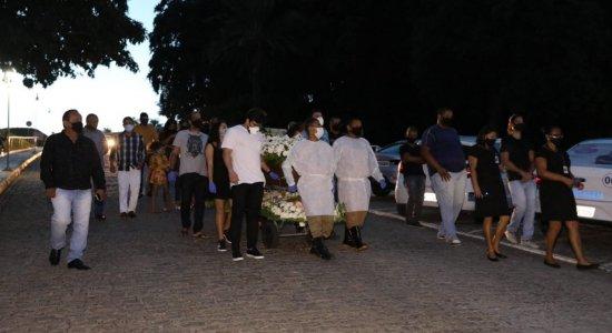 Dor e saudade marcam enterro de cantor Augusto César, vítima da covid-19, em Paulista