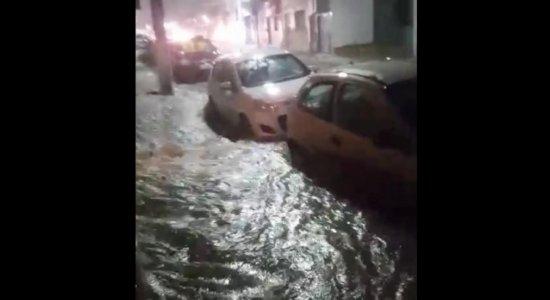 Fortes chuvas provocam alagamentos em Garanhuns, no Agreste; Mulher caiu em cratera e está desaparecida