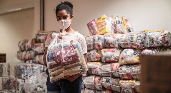 IJCPM distribui mais de 3 mil cestas básicas para moradores de comunidades na Zona Sul do Recife