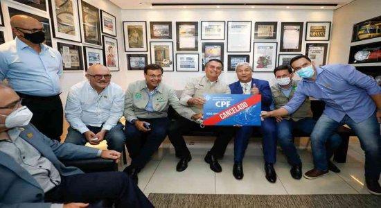 Bolsonaro posa com placa de