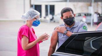 Vice-presidente Hamilton Mourão tomando a segunda dose da vacina contra a covid-19