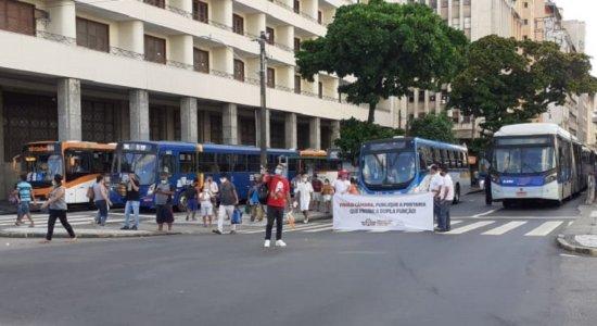 Rodoviários protestam no Centro do Recife para pedir vacina contra covid-19: 'Não podemos mais aguardar novos óbitos de trabalhadores'