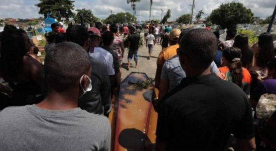 Revolta e comoção marcam enterro de adolescente atropelado por motorista supostamente alcoolizado em Goiana