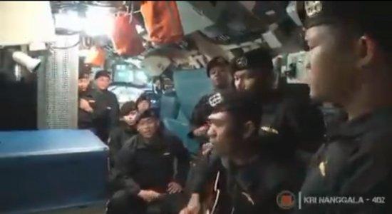 Marinha da Indonésia divulga vídeo de tripulação de submarino que naufragou cantando música de despedida