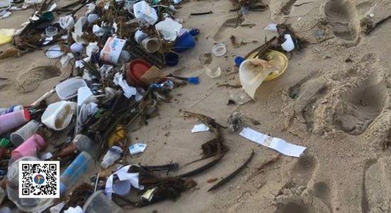 Aparecimento de lixo em várias praias do litoral nordestino chama atenção de moradores e órgãos ambientais