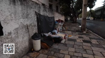A alimentação para essas pessoas em situação de rua só é garantida com a entrega de marmitas feitas por diversos grupos solidários.