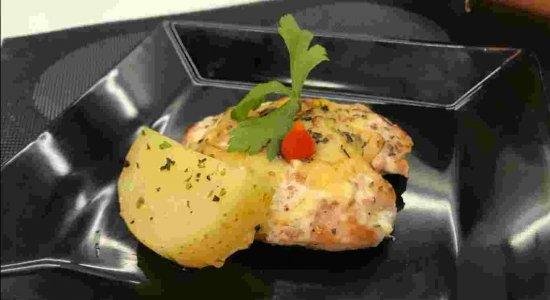 Petisco ou almoço: receita super versátil de Linguiças ao Forno
