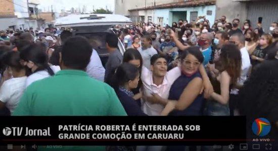 AO VIVO: sob forte comoção, corpo de Patrícia Roberta chega em Caruaru