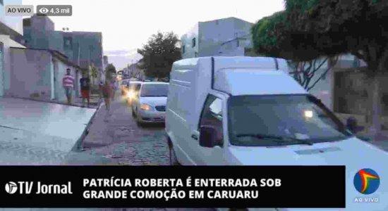 Multidão espera chegada do corpo de Patrícia Roberta em Caruaru