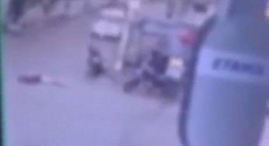 Vídeo: Em carro, suspeitos armados deixam duas pessoas mortas e três feridas em Cupira