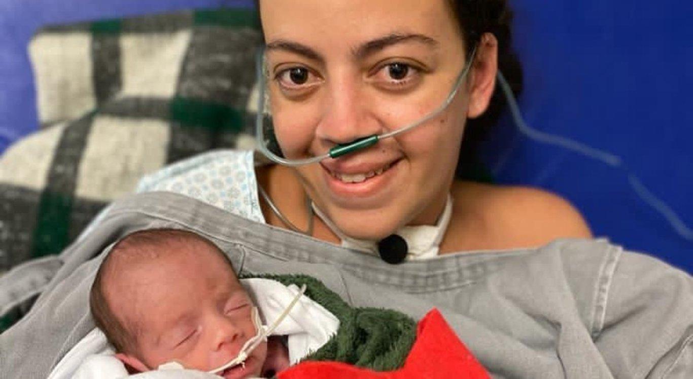 Lorena Pequeno, de 34 anos, com seu filho nos braços pela primeira vez