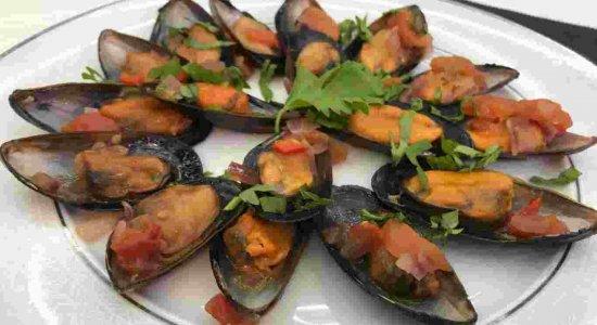 Mexilhões ao molho de tomate e vinho branco: receita do chef Rivandro